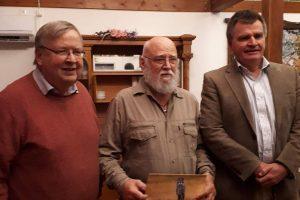 Sten Torstensson, Kent-Åke Gustavsson och Per Undeland visar upp föreningens populära fågelkalender.